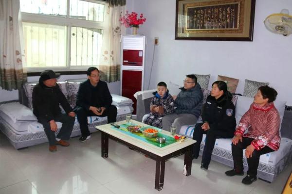 南召法院党组书记、代院长吴运广春节前看望退休干部、慰问困难群众