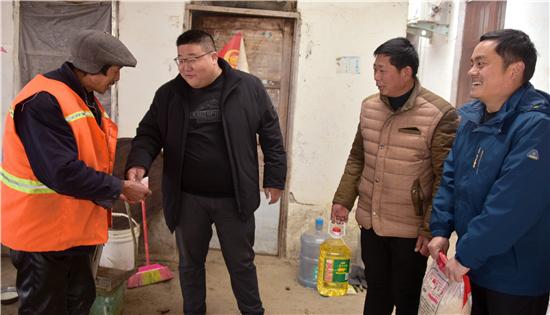 正阳县永兴镇返乡人士献爱心慰问困难户