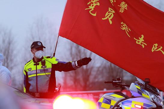 """郑州公安交警战斗在战""""疫""""一线"""