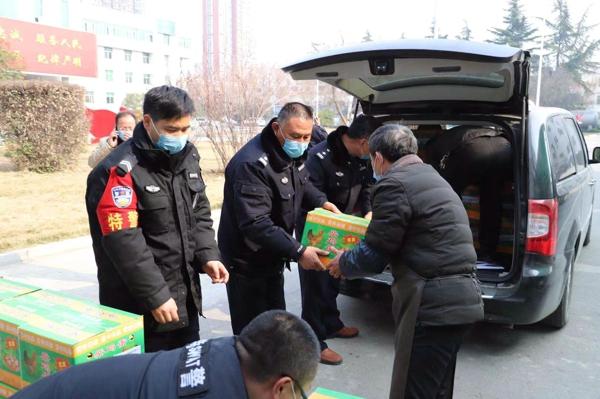 内乡:疫情当前  爱心企业捐赠物资助力一线公安民警共克时艰