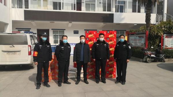 邓州:民警坚守疫情防控一线  爱心人士纷纷上门慰问