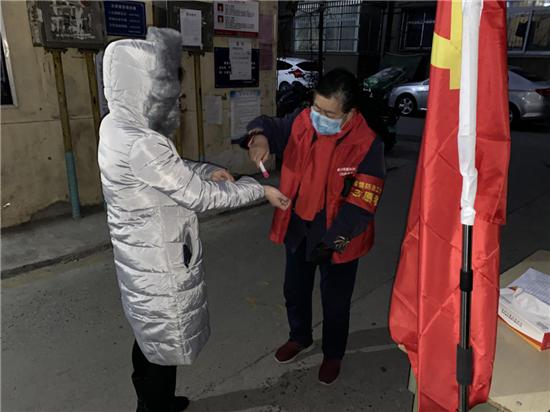 """【社区战""""疫""""】郑州市城东路街道抗疫老党员 """"逆行""""守护居民安全"""