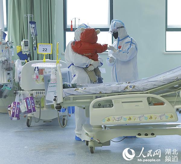 国内首例危重型新型冠状病毒肺炎儿童患者康复出院