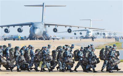 军队增派的1200名医护人员抵达武汉