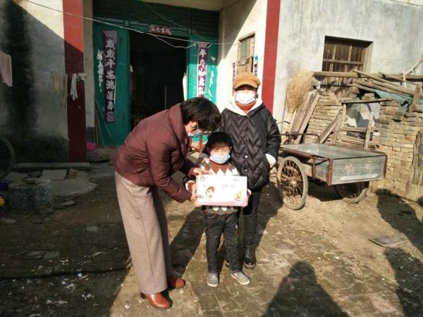 """新野县五星镇:关爱""""疫""""勇士家庭和贫困家庭学生"""