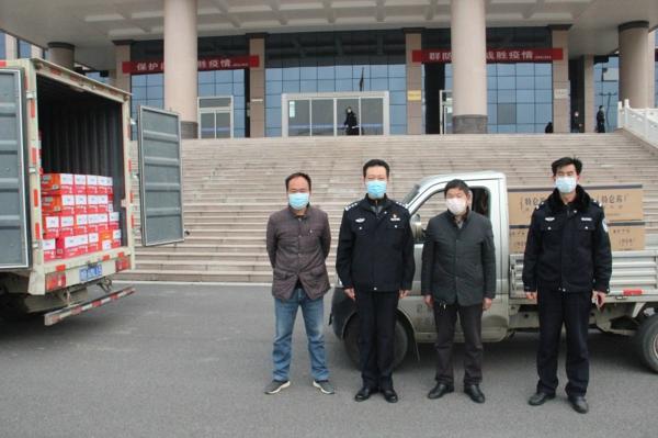 """新野:爱心企业为抗""""疫""""一线公安民警捐赠生活物资"""