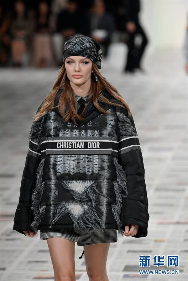 迪奥品牌2020-2021秋冬新品成衣在法国巴黎时装周亮相