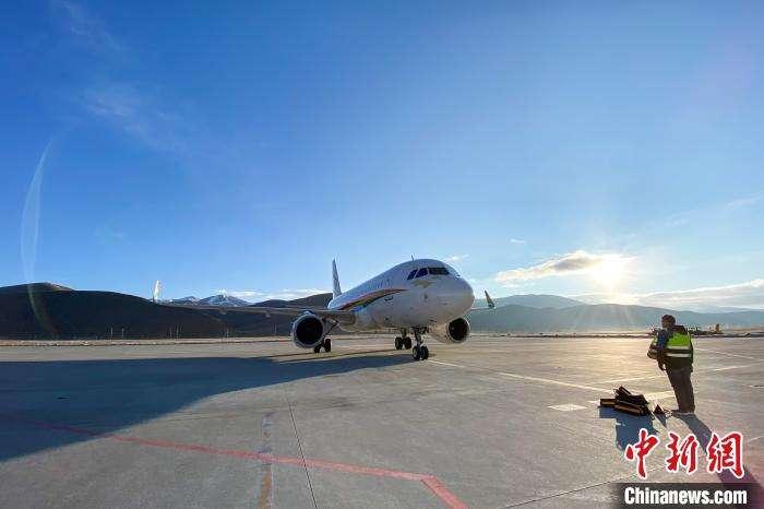 """飞向""""世界屋脊"""" 西藏航空首个复工包机航班安全降落"""
