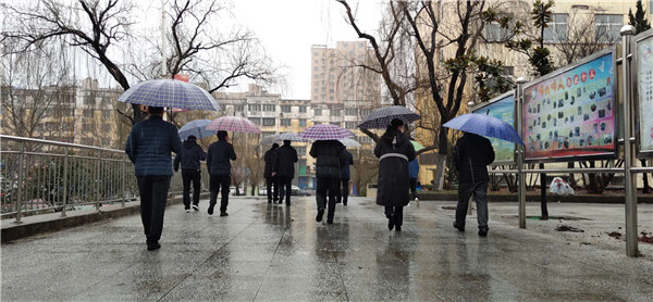 """【社区战""""疫""""】义马市教体局:同心抗""""疫"""",风雪中的战""""疫""""人"""