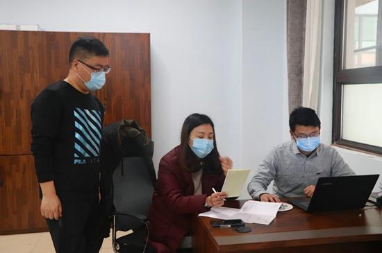 """郑州市中原区建设路小学党员教师化身""""最温暖快递员""""为学生们配送教材"""