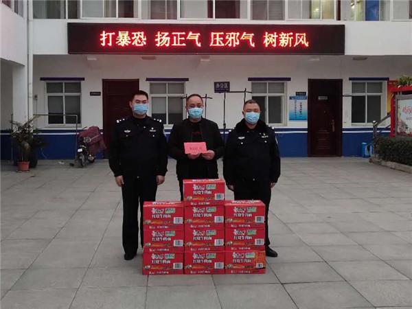 """疫情不退 爱心不减——邓州多位爱心人士为""""疫""""线民警献爱心"""