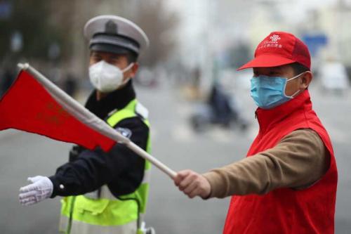 郑州交警九大队民警和志愿者为复工复产保驾护航