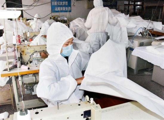 山东青岛:响应政府号召 服装企业转产隔离衣