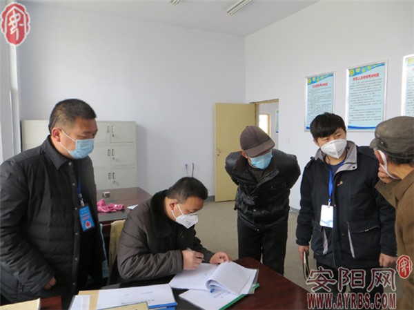 安阳县纪委监委干部在吕村镇检查相关养殖防疫措施