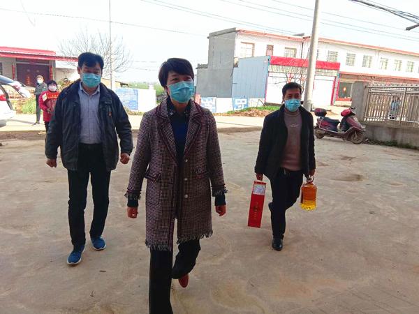 最深的牵挂 最大的担当——黄静深入唐庄乡官营村走访看望贫困群众
