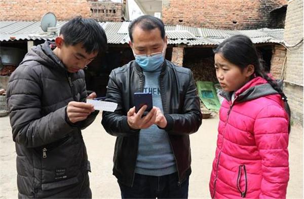 """郏县为贫困学生捐赠手机 确保全部""""上线"""""""