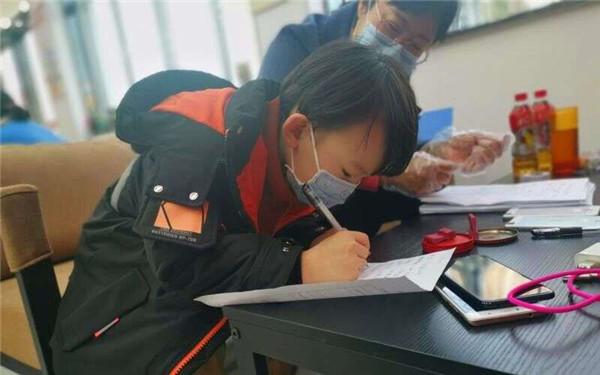 郏县捐赠手机助学济困 网上教学一个不落