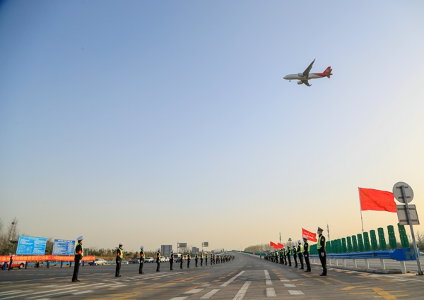 超燃护航!河南高速交警最高礼仪最深敬意护送援鄂白衣勇士回家!