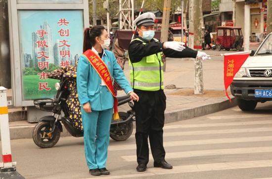 维护交通秩序 助力复工复产 武涉交警联合企业开展文明交通志愿活动