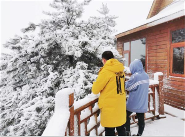 栾川县抱犊寨迎来3月下旬少见大雪 为春景增添别样韵味