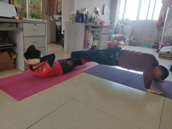 """每天体育运动1小时 郑州市金水区中小学生""""宅""""家锻炼乐趣多"""
