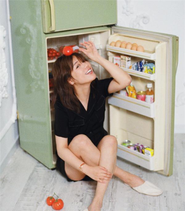 在冰箱、窗帘等元素下 马思纯展示随性的宅家时尚