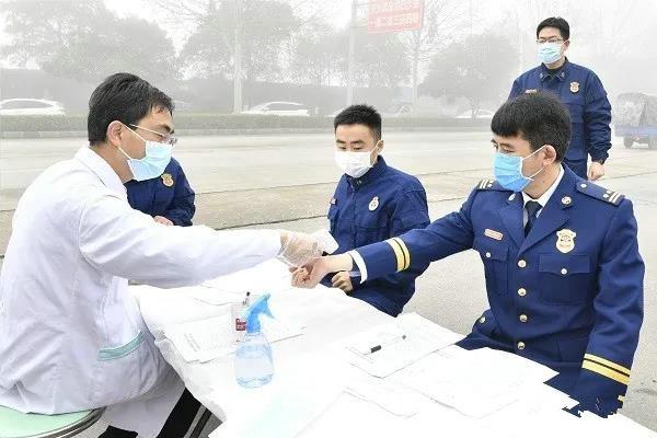 """为战""""疫""""助力——南阳消防支队组织开展无偿献血活动"""