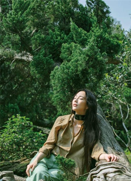 张钧甯穿梭在森林中感受春日美丽气息 笑靥间流露出风雅与温柔
