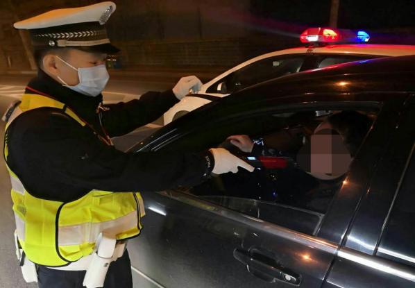 全员在岗!清明节期间 郑州交警九大队开展夜查集中行动