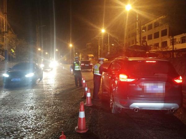 邓州交警清明期间严查酒驾保证道路安全畅通