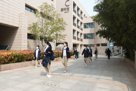 河南高三学子开学首日:家长们最关心的校园一角