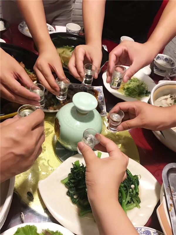 赏国花牡丹不负春色 品酒祖杜康怡然自得