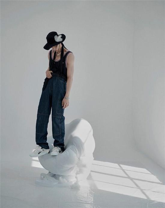 王子异复古运动风造型诠释时尚风格 满屏散发荷尔蒙气息