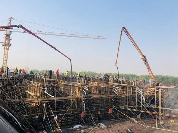 郑州迎宾大道上跨机南城际铁路转体桥首个箱梁浇筑完成