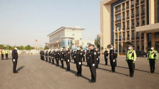 河南焦作:武陟县交警大队隆重举行升国旗仪式弘扬爱国精神