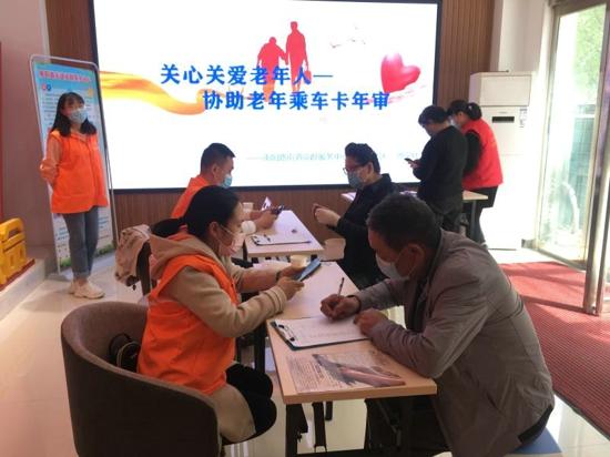 郑州市南阳路街道党群服务中心:老年卡线上审理让人愁,这里有人来解忧