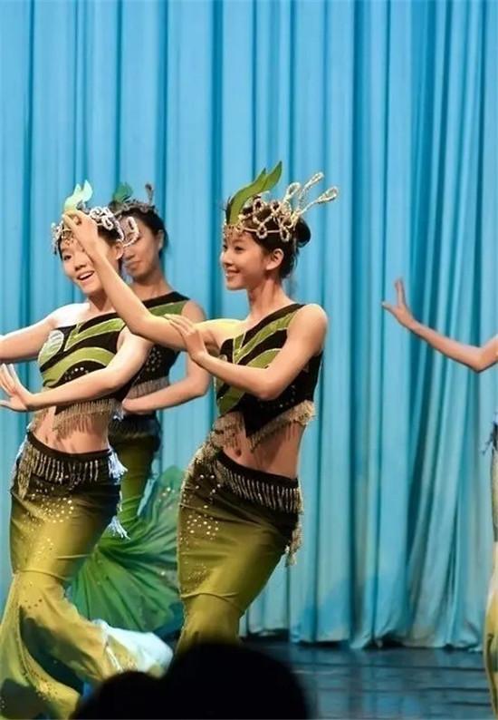 """章泽天""""奶茶妹妹""""校园舞蹈表演旧照曝光 穿绿裙跳舞气质清纯可爱"""