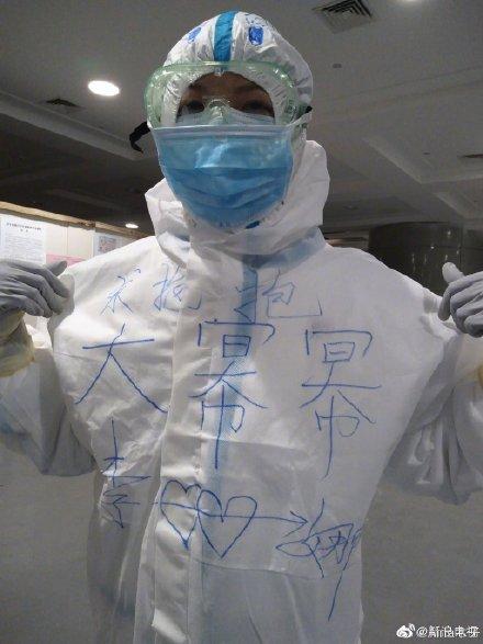 暖心!援鄂医护人员晒出收到偶像杨幂寄来的签名照
