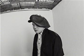 岳云鹏日常拍时尚大片 看起来严肃但还是这么搞笑