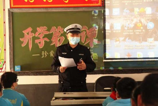 """开学第一课!河南武陟交警走进校园为孩子们送""""安全"""""""
