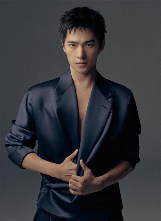 杨洋时尚大片来了! 举手投足间彰显男性魅力与演员质感