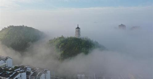 若隐若现!贵州福泉出现平流雾景观
