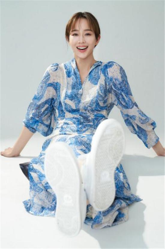 张钧甯身穿蓝色印花长裙温柔淡雅 搭配低束马尾文艺又随性