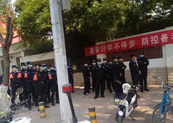 邓州多部门联合开展拆除违章建筑行动