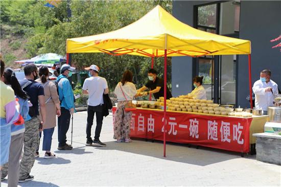 老君山景区小吃摊庆复工,老板推出热干面2元一碗随便吃为游客解馋!