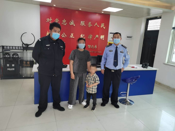 邓州:4岁男童尾随母亲外出走失 警民联手助力家人团聚