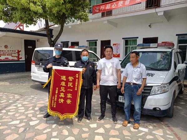 社旗公安:民警找回走失儿童 群众送锦旗表示感谢