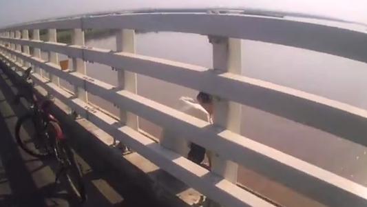 惊险!郑州一年轻男子欲跳黄河大桥