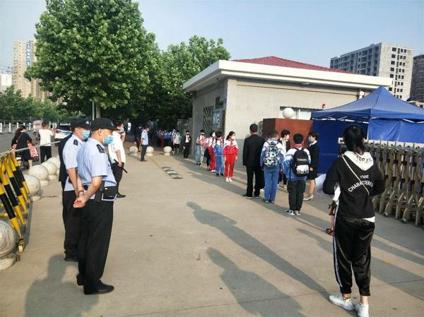 邓州:胜利派出所筑牢疫情防线  保障师生安全返校