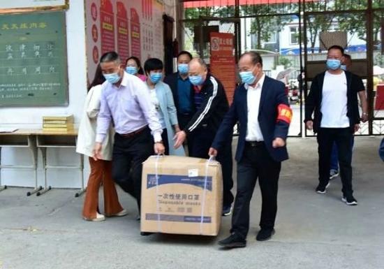 爱心传递 助力复学 栾川县城关一小接受社区居委会爱心捐赠